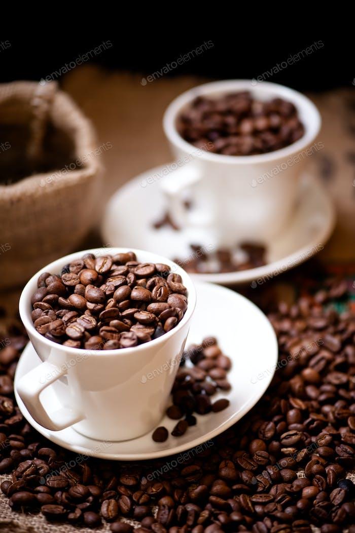 Weiße Tasse mit afrikanischem aromatischem Bio-Kaffee und Vintage-Verpackung