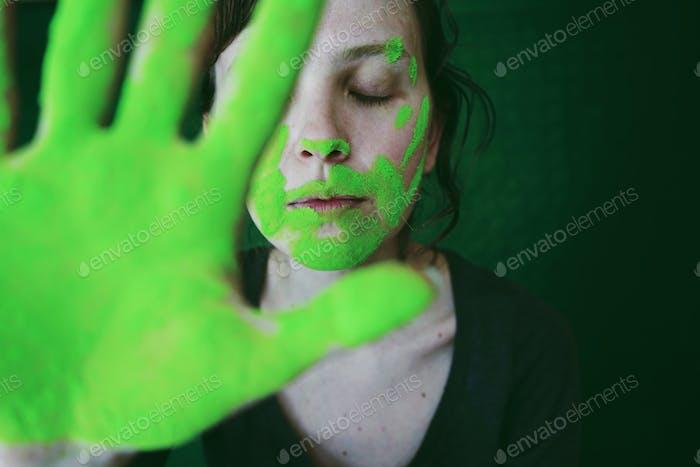Konzeptionelles Porträt mit grünem Staub