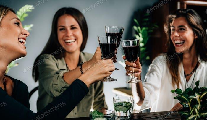 Grupo de amigos teniendo una celebración en un restaurante