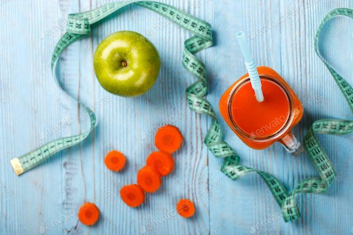 Frisch gepresste Karotte .Gesunde Ernährung oder Diät-Konzept.