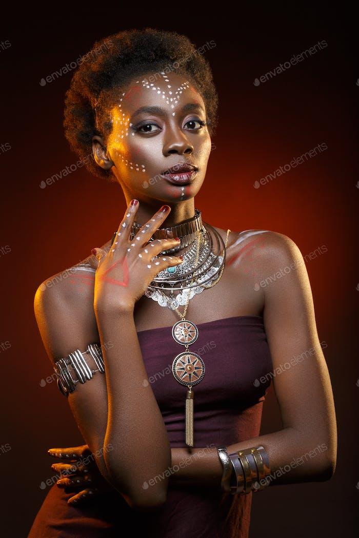 Schöne schwarze Mädchen mit Kristallkrone