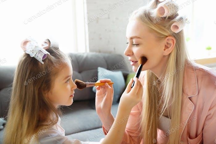 Mutter und Tochter, Schwestern haben ganz, Schönheit und Spaß Tag zusammen zu Hause. Komfort und