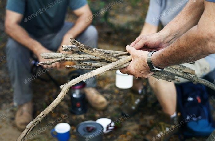 Gruppe von Senior Camping in einem Wald