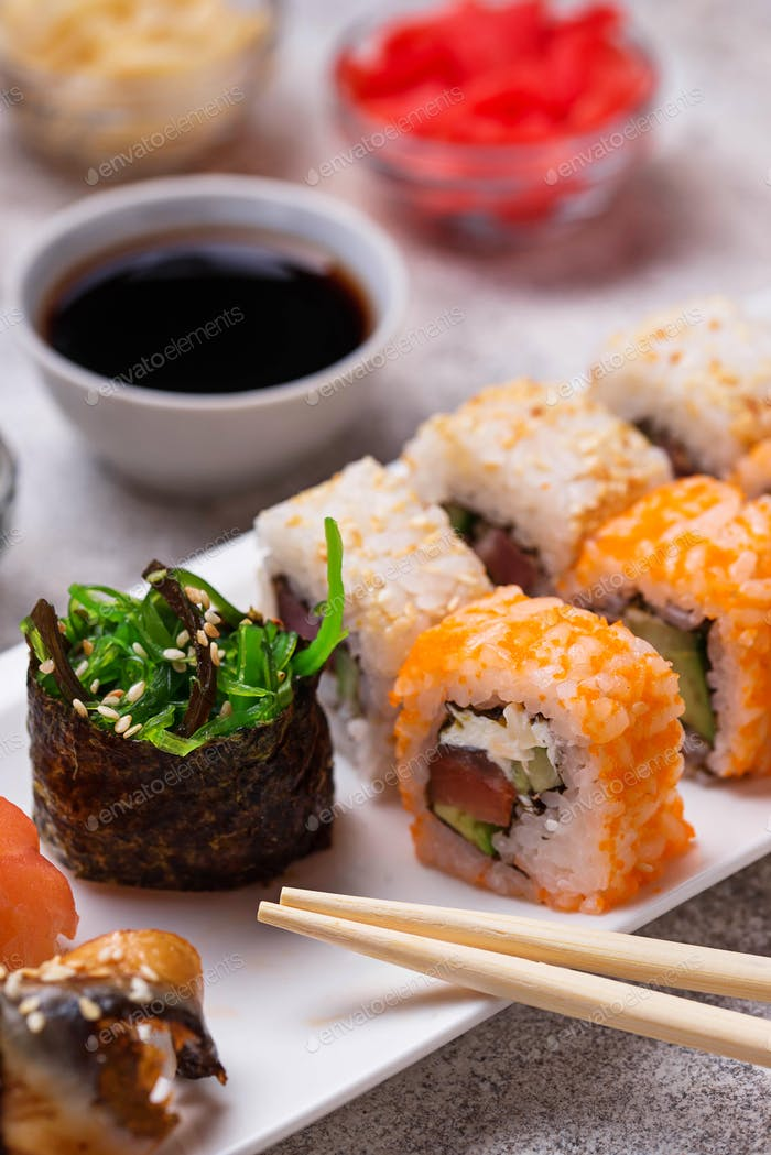 Sushi-Roll-Set mit Wasabi, Ingwer und Sojasauce.