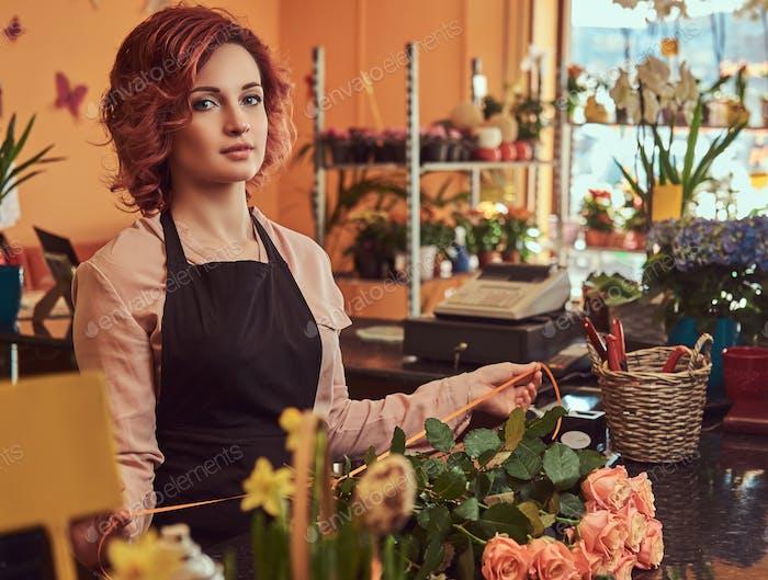 Encantador pelirroja mujer florista