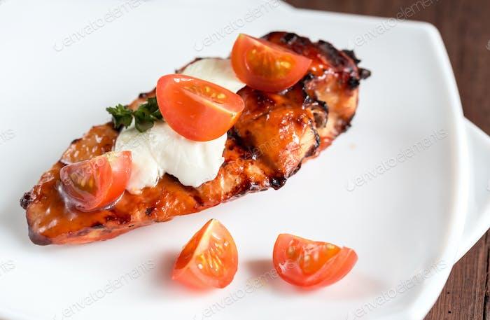 Gegrilltes Hähnchensteak mit Mozzarella und Kirschtomaten