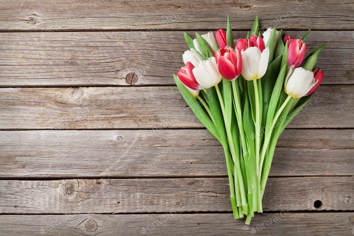 Rote und weiße Tulpen Blumenstrauß
