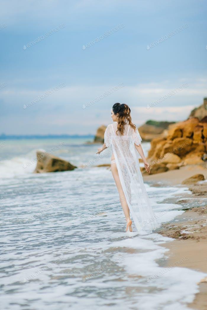 Braut in ihrer Unterwäsche und ein Morgenmantel
