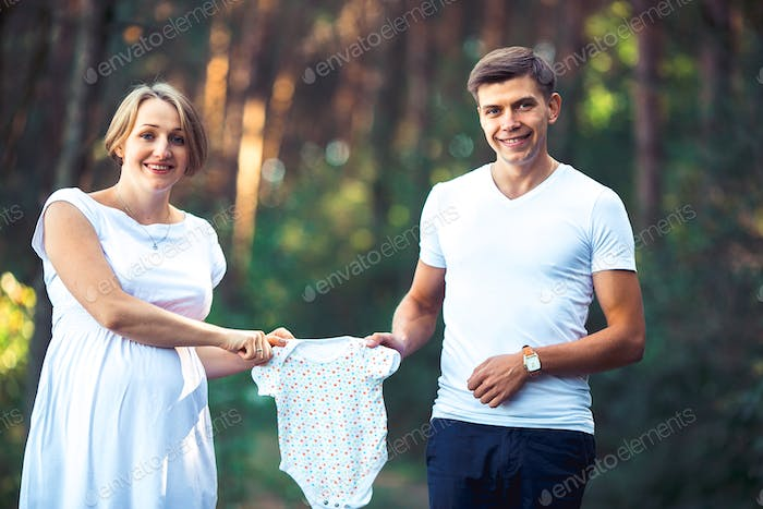 Pregnant wife and her husband in park