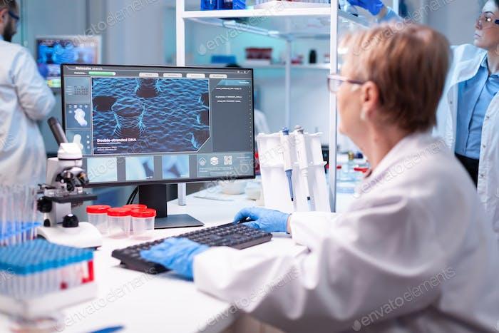 Medizinwissenschaftler analysiert einen Computertest für Krankenhauskenntnisse