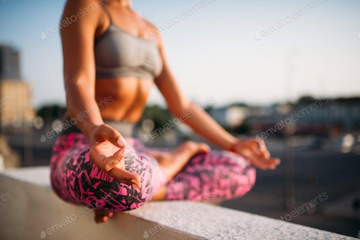 Женщина, релаксация в позе йоги