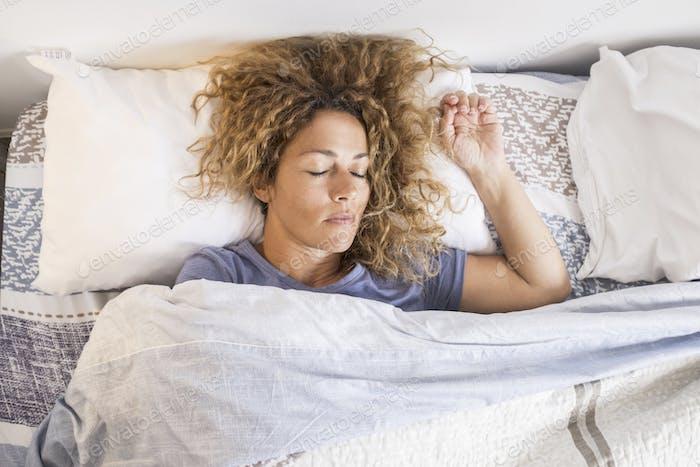 Schöne kaukasische erwachsene Frau schlafen und entspannen Sie sich zu Hause