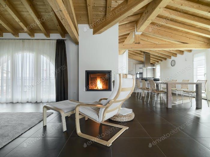 Innenräume eines modernen Wohnzimmers mit Kamin und Esszimmer
