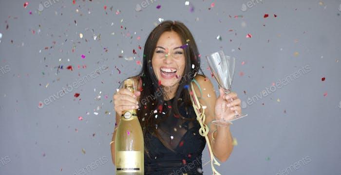 Lachen lebhafte Frau feiert das neue Jahr