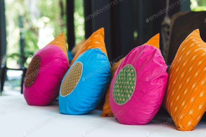 Almohadas redondas multicolor en el sofá