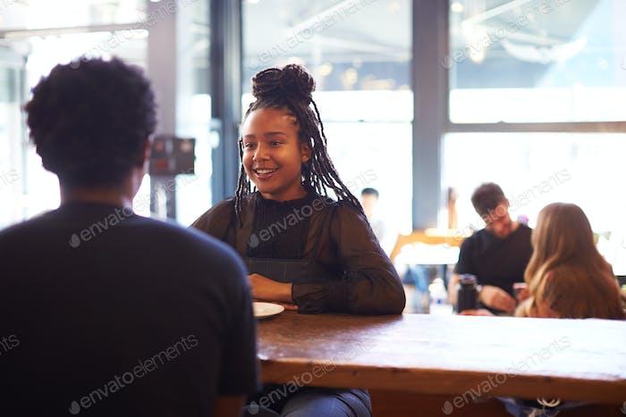 pareja reunión y charlando en cafetería sentado en mesa