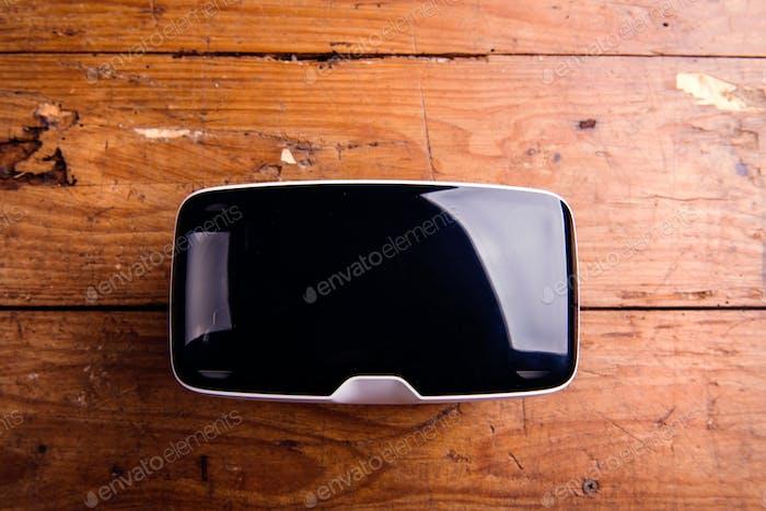 Cerca de gafas de realidad virtual sobre mesa de De madera