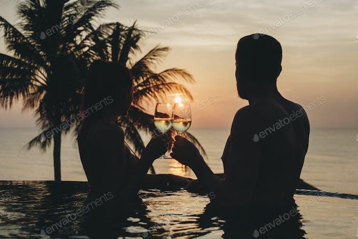Paar genießen einen romantischen Sonnenuntergang