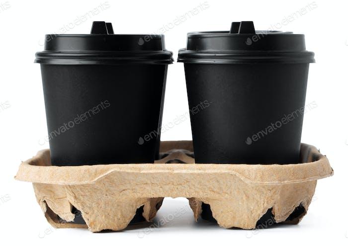 Vier Kaffeetassen zum Mitnehmen in einem Tablett isoliert auf weiß
