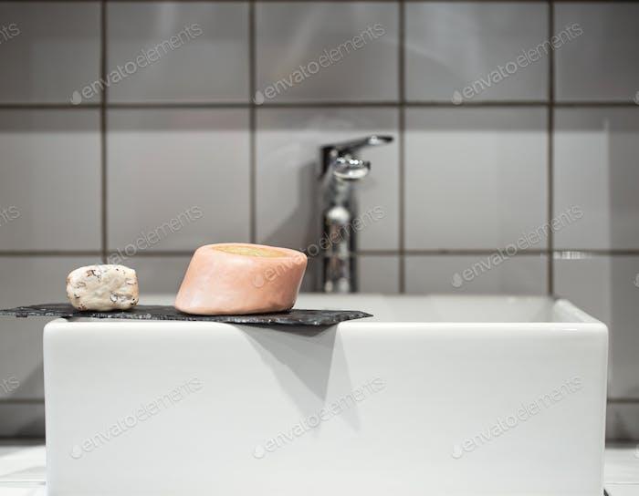 Ванная комната с мылом возле умывальника. Гигиена и уход