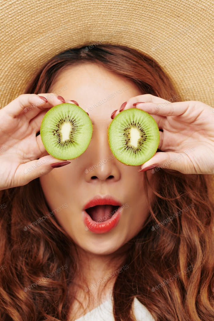 Red haired woman with kiwi