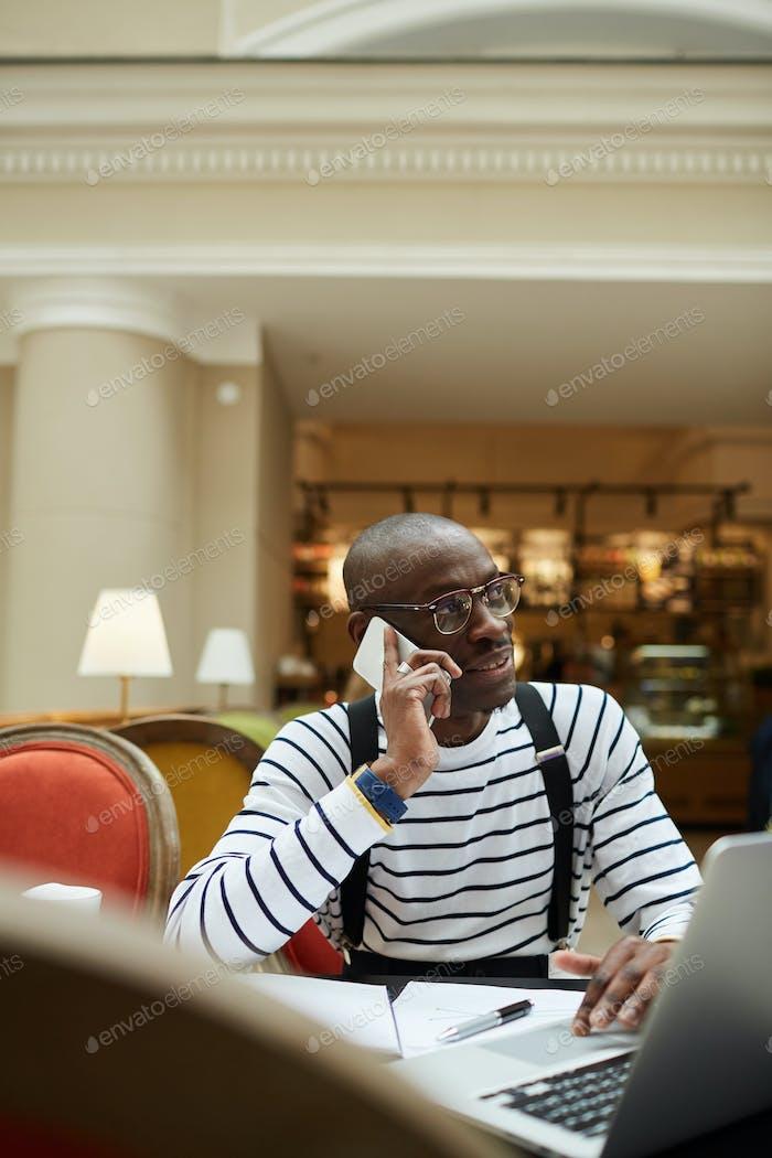 Afrikanischer Mann arbeitet im Cafe