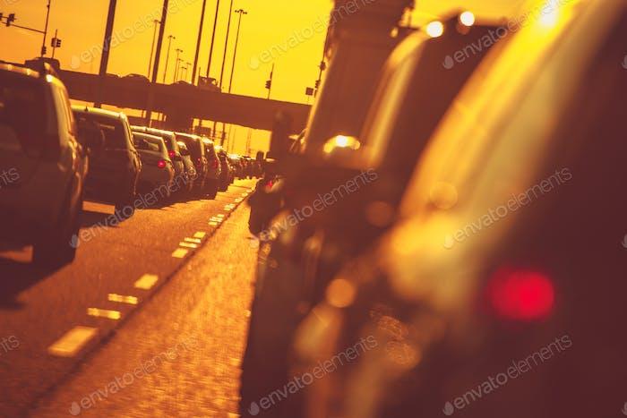 Stadt Autobahn Verkehr bei Sonnenuntergang