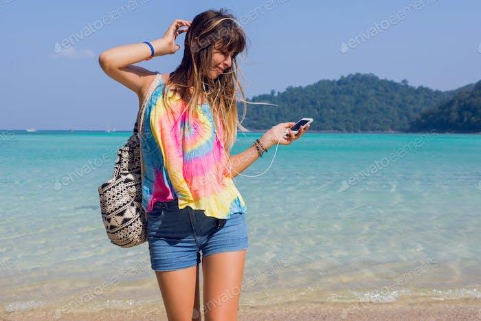 Молодая женщина слушает прекрасную музыку