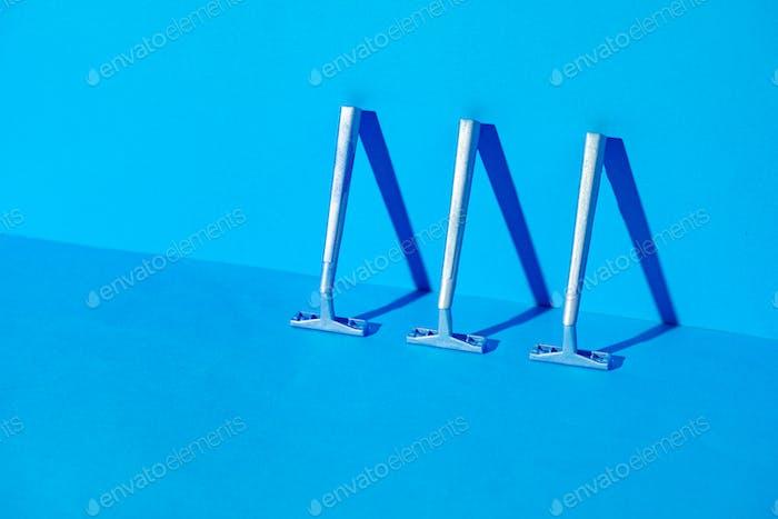 Einwegrasierer auf blauem Hintergrund, Studioaufnahme