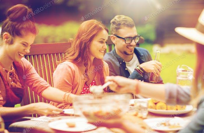 Amigos Alegre tener cena en verano jardín fiesta