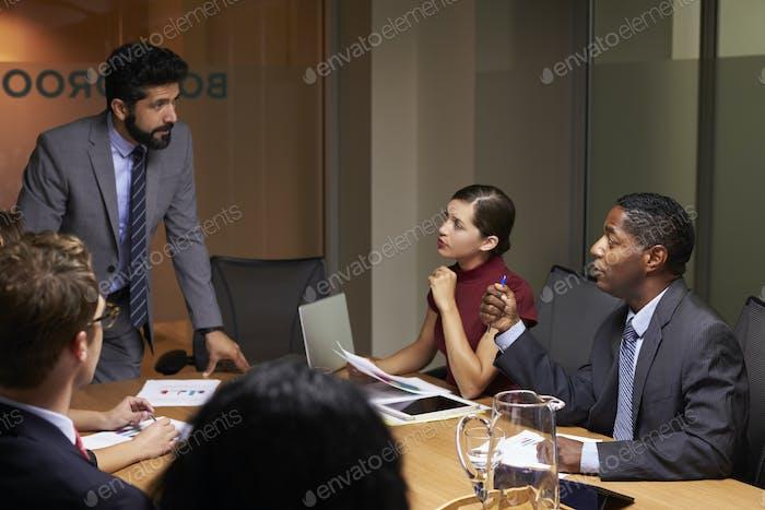 Бизнесмен, обращаясь к коллегам на встрече, близко