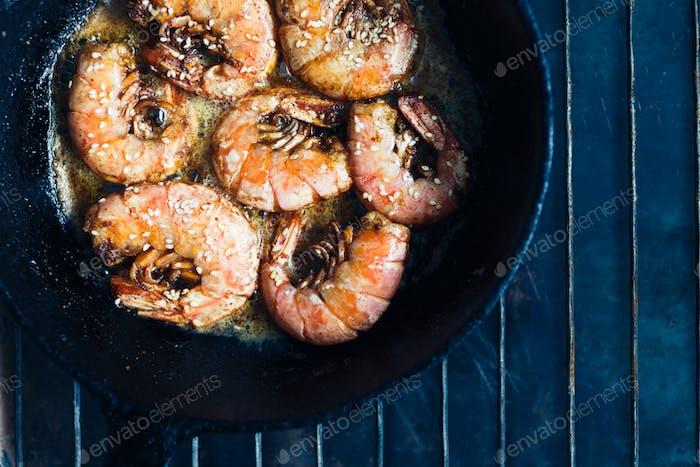 Shrimp fried with garlic and sesame seeds