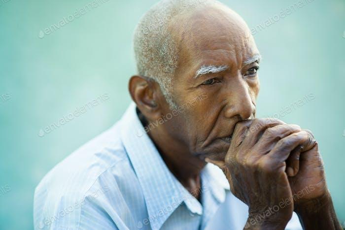 Портрет грустно лысый старший человек