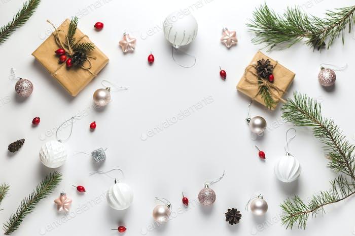 Weihnachts-Komposition. Rahmen aus Weihnachtsgeschenken