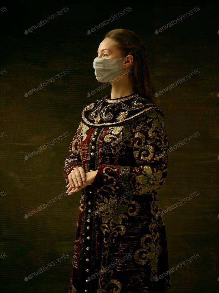Mujer joven medieval como duquesa con máscara protectora contra la propagación del coronavirus