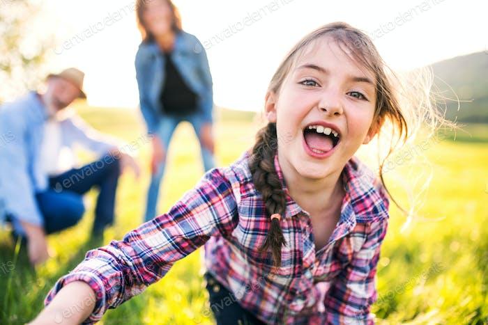 Ein kleines Mädchen mit ihren älteren Großeltern, die Spaß draußen in der Natur haben.