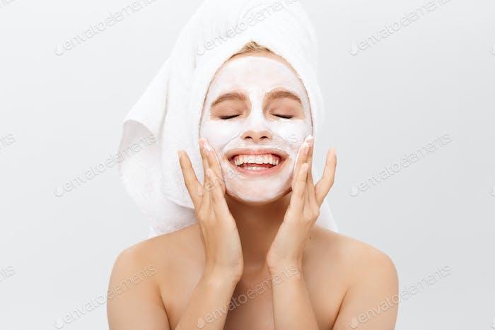 Schöne Frau mit Gesichtsmaske auf weißem Hintergrund