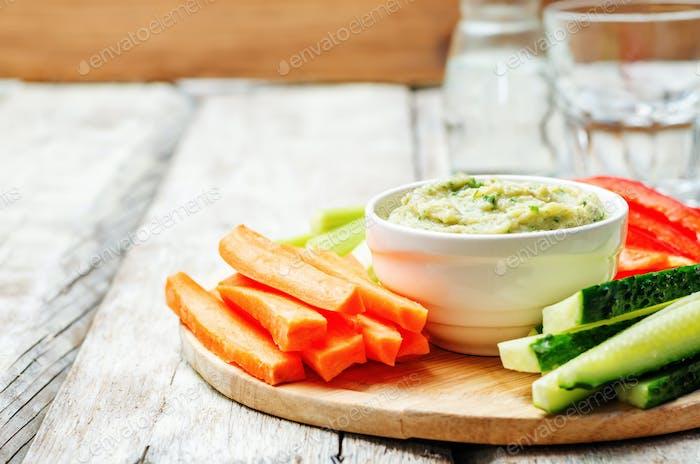 Auberginen Weiße Bohnen Dip mit Gemüse