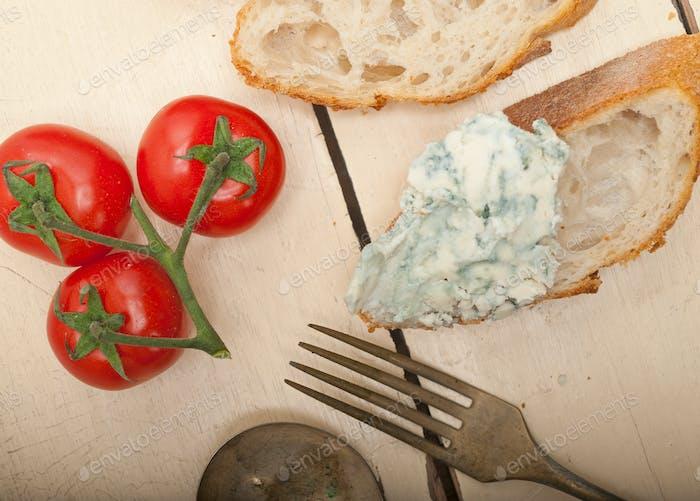 frischer Blauschimmelkäse ove französisches Baguette
