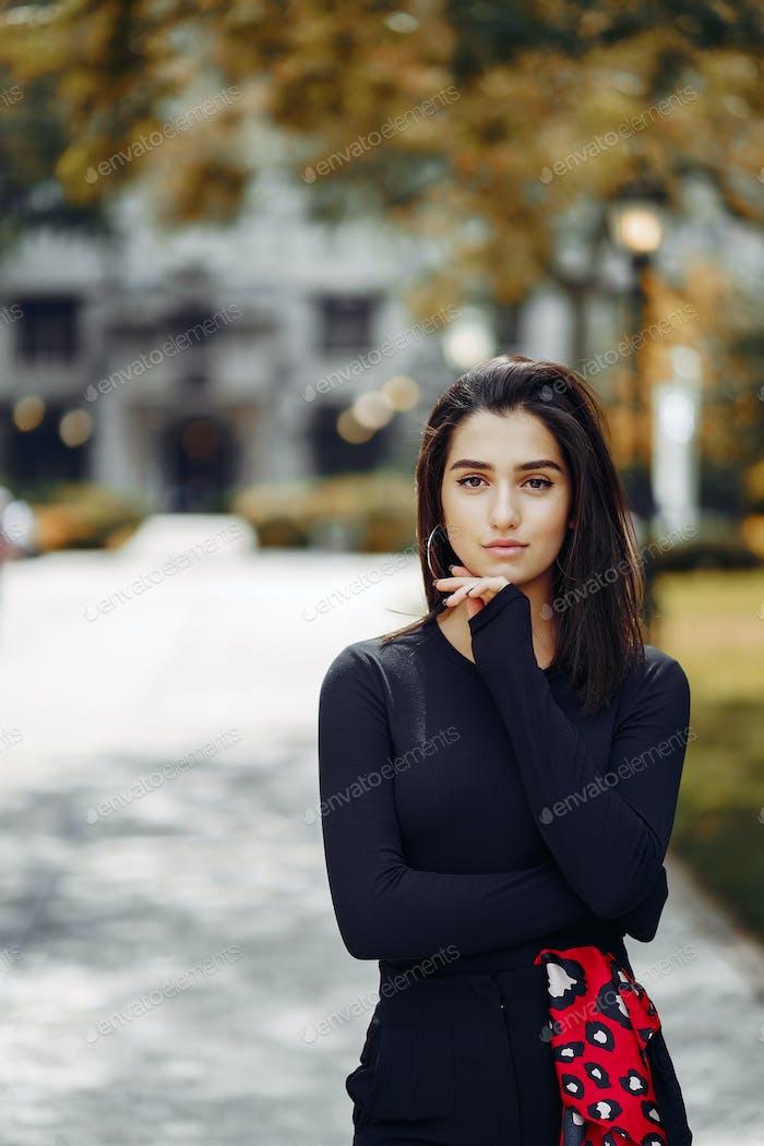 chica elegante caminando por el campus de su escuela