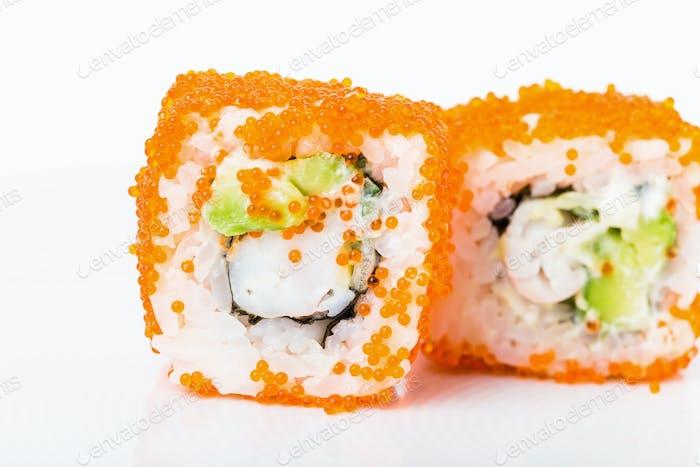 Köstliche Sushi-Rolle mit Schneekrabben.