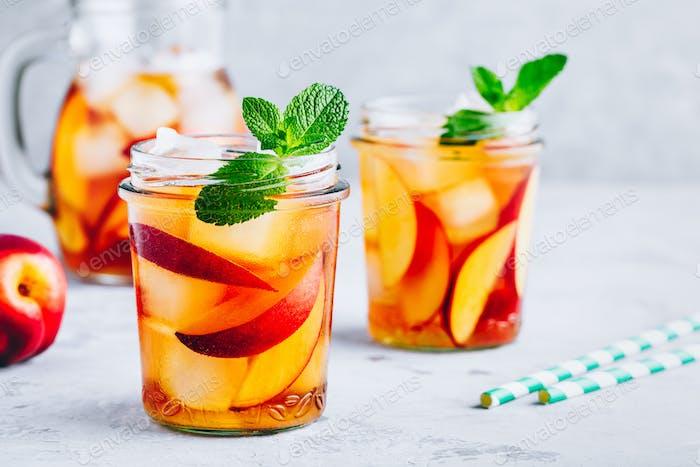 Thumbnail for Hausgemachter Pfirsich-Eistee oder Limonade mit frischer Minze und Eiswürfeln im Glas