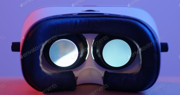 Virtual-Reality-Gerät spielt Video im Gerät ab