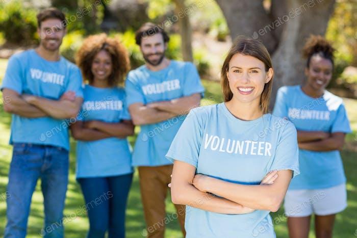 Retrato de grupo voluntario posando