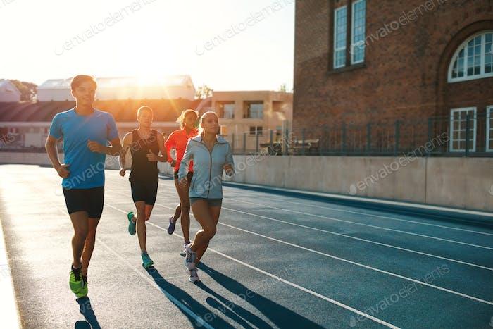 Professionelle Läufer laufen auf einer Rennstrecke
