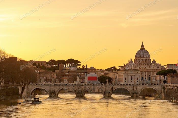 Petersdom und Tiber bei Sonnenuntergang in Rom