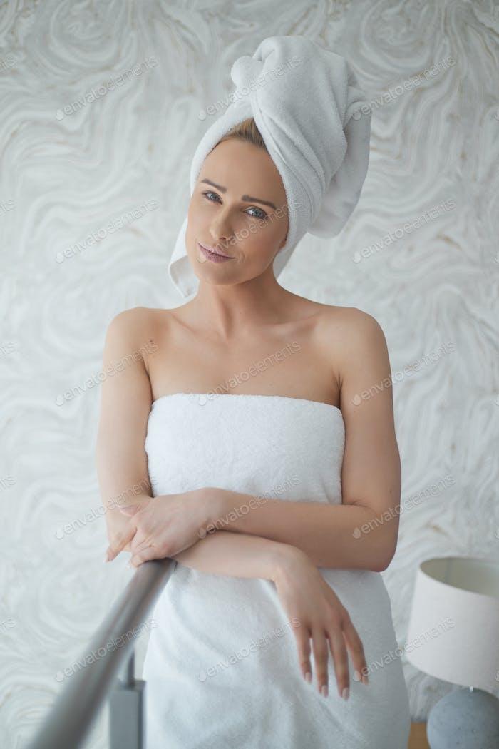 Schöne Frau in einem frischen weißen Handtuch um ihren Körper und Haare gewickelt