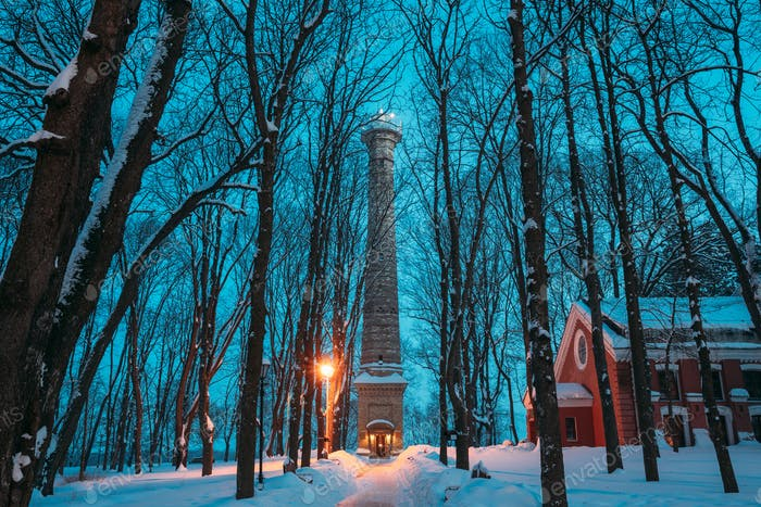 Gomel, Weißrussland. Stadtpark in der Winternacht. Riesenturm Im Homiel Park, Weißrussland. Berühmte lokale