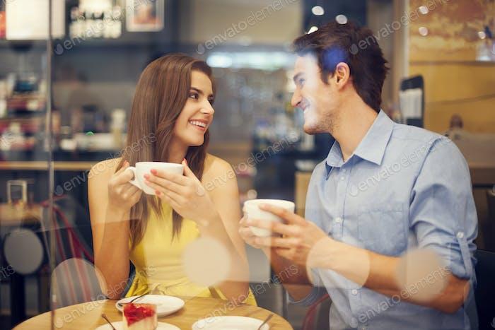 Zwei Personen im Café genießen die Zeit miteinander verbringen