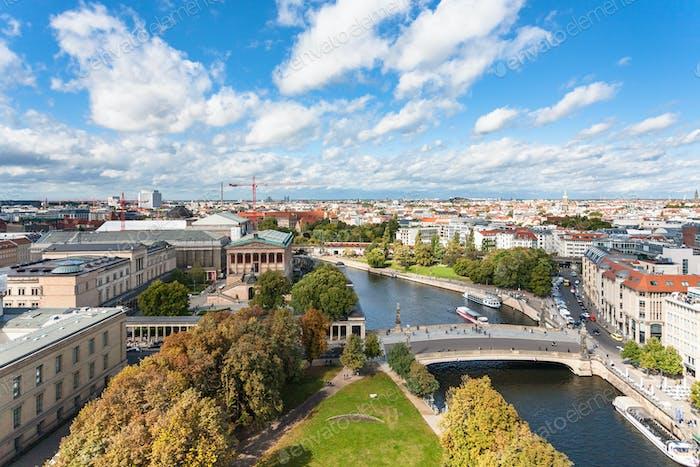 Paisaje urbano de Berlín con Museumsinsel y río Spree